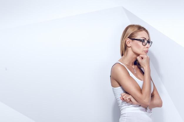 Doordachte blonde vrouw
