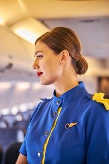 Doordachte cabin attendant draait opzij