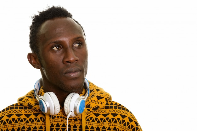 Doordachte jonge zwarte afrikaanse man met koptelefoon