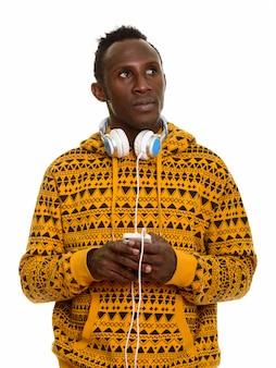Doordachte jonge zwarte afrikaanse man met mobiele telefoon