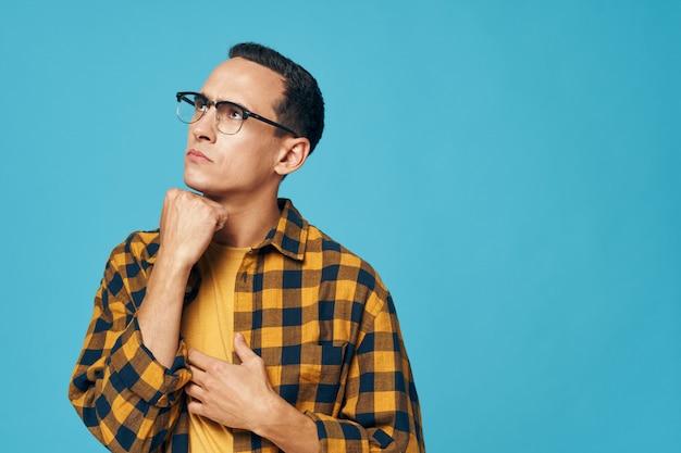 Doordachte man met bril en geruite overhemd