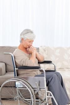 Doordachte oudste in haar rolstoel