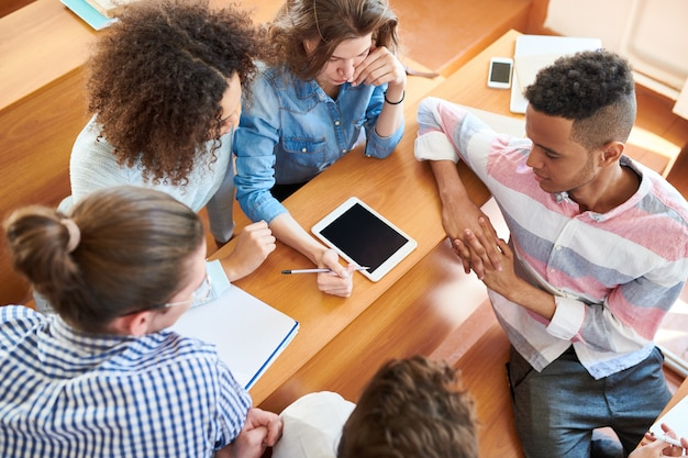 Doordachte studenten bespreken universitair project