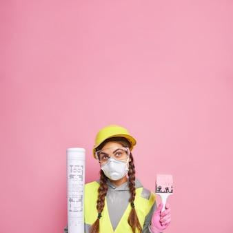 Doordachte vrouw decorateur