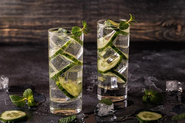 Doordrenkt detoxwater met komkommer en ijs