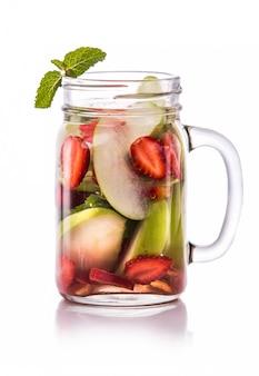 Doordrenkt vers fruit water appel, aardbei en munt. geïsoleerd o