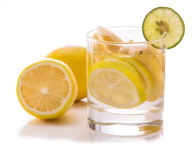Doordrenkt water mix van gesneden citroen