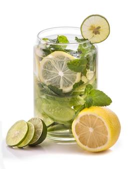 Doordrenkt water mix van komkommer, limoen en citroen