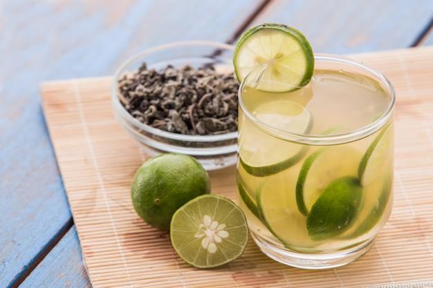 Doordrenkt water van limoen en groene thee
