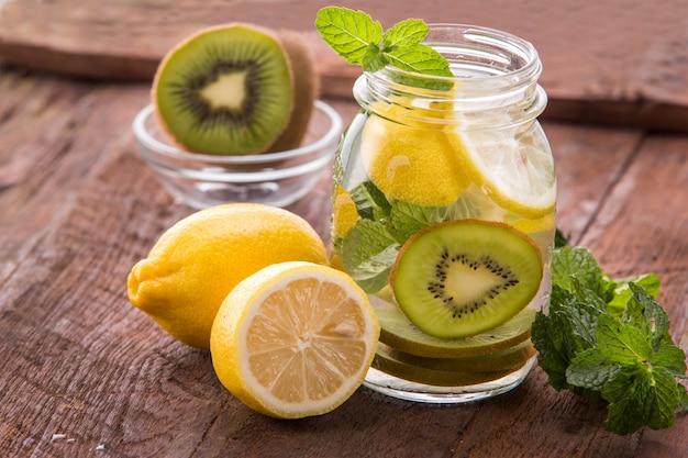 Doordrenkt watermix van citroen en kiwi