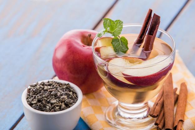 Doordrenkt watermix van groene thee, kaneel en appel