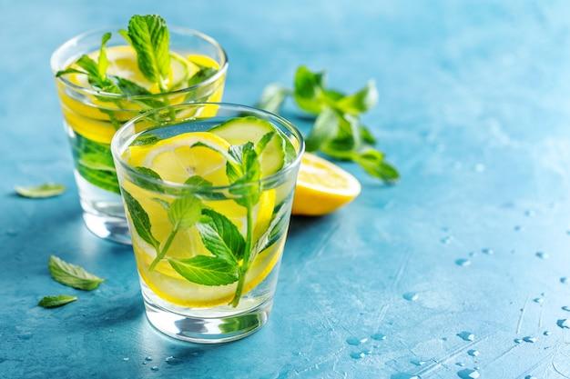 Doordrongen gezonde waterdrank in glazen