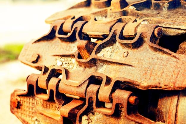 Doorlopende rupsbanden van de bulldozer. detailopname. detail van een roestige tractor tracks.