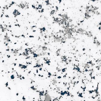 Doorstane grijs geweven holipoeder op witte achtergrond