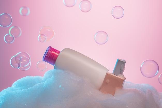 Doorzichtige plastic fles met vloeibare zeep en roze ontsmettingsmiddel. geïsoleerd op een witte achtergrond
