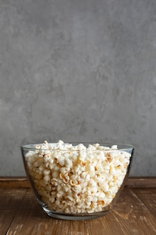 Doorzichtige schaal met popcorn
