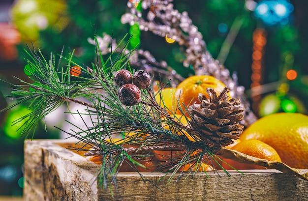 Doos mandarin op de nieuwe achtergrond van jaardecoratie.