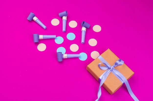 Doos met bespatte confetti van lint, kerels en andere feestelijke accessoires