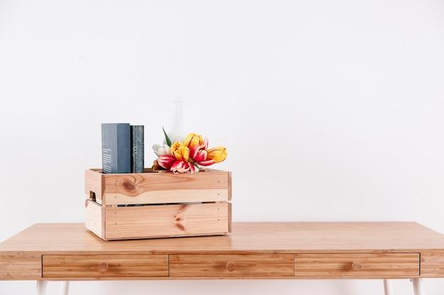 Doos met bloemen en boeken