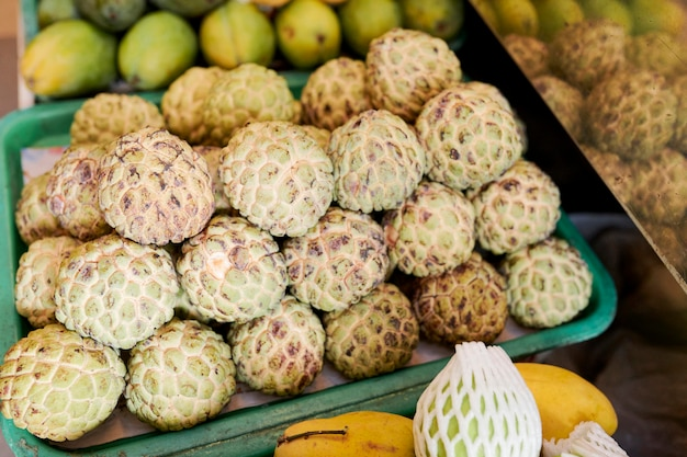 Doos met cherimoya vruchten