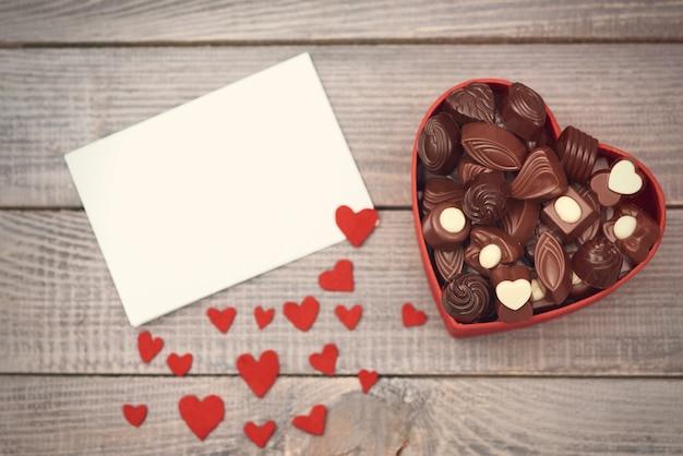 Doos met chocolaatjes op valentijnsdag