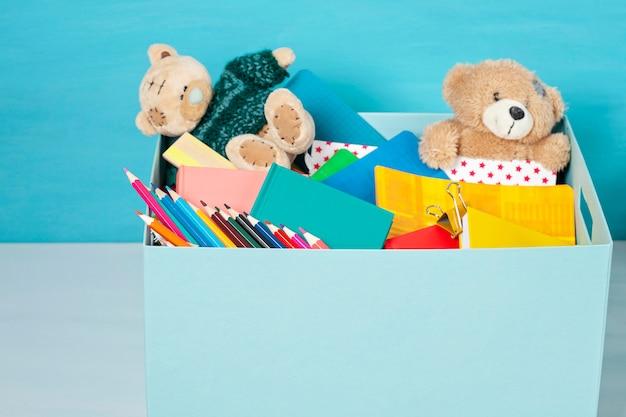 Doos met donaties voor kinderen met schoolspullen en speelgoed