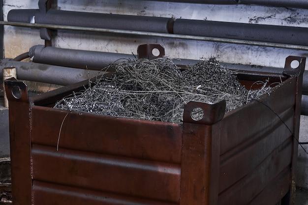Doos met een verscheidenheid aan metaalkrullen - afval van de draaiproductie