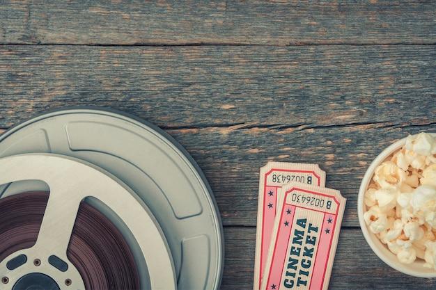 Doos met film, twee kaartjes voor de film en popcorn liggen op tafel