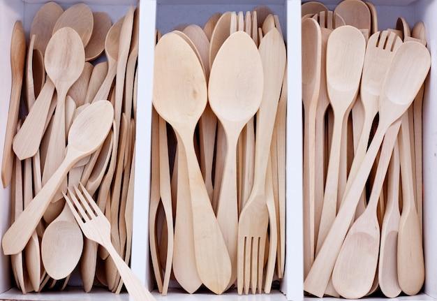 Doos met houten bestek in beukenhout