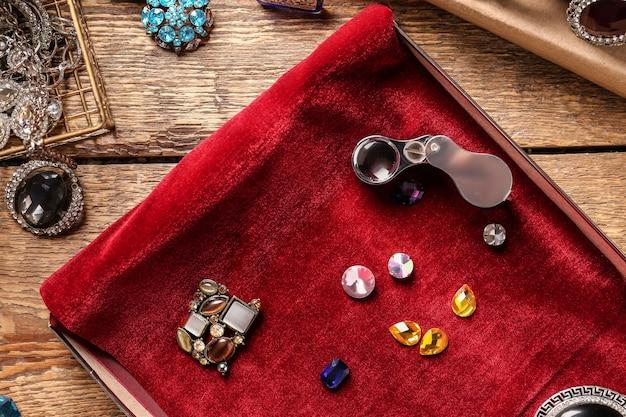 Doos met mooie versieringen en edelstenen op tafel