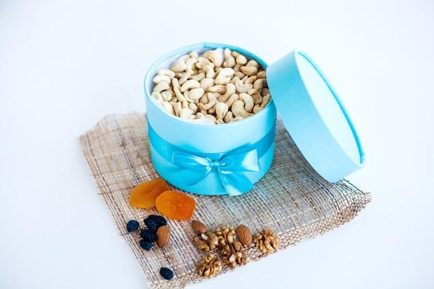Doos met noten en gedroogde vruchten, gezonde snack, goede voeding