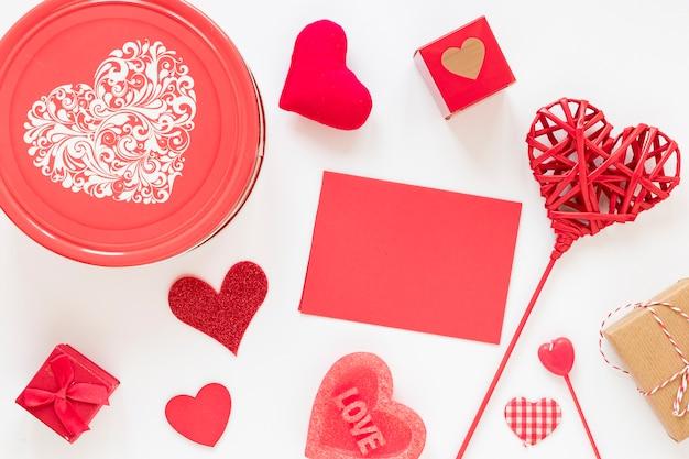 Doos met papier en harten voor valentijnskaarten