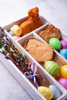 Doos met pasen-koekjes en eieren