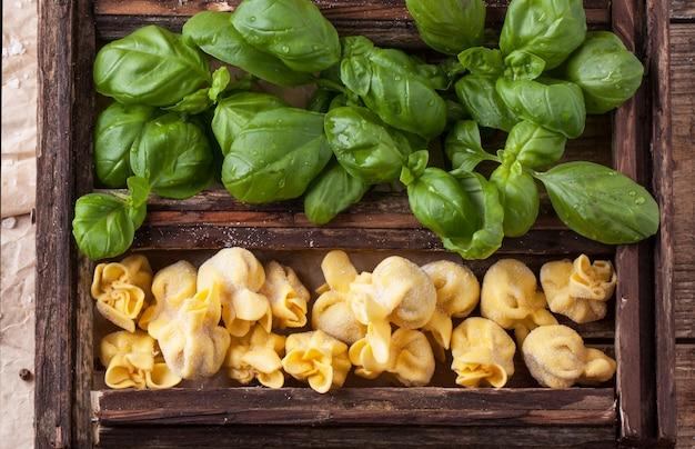 Doos met pasta ravioli en basilicum
