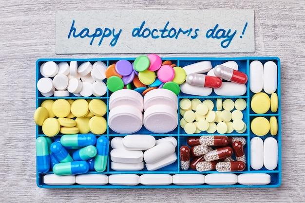 Doos met pillen. verrassing voor dokterdag.