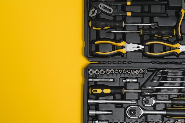 Doos met set tools voor autoreparatie, close-up