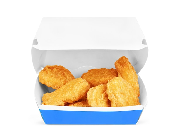 Doos met smakelijke kipnuggets op witte achtergrond