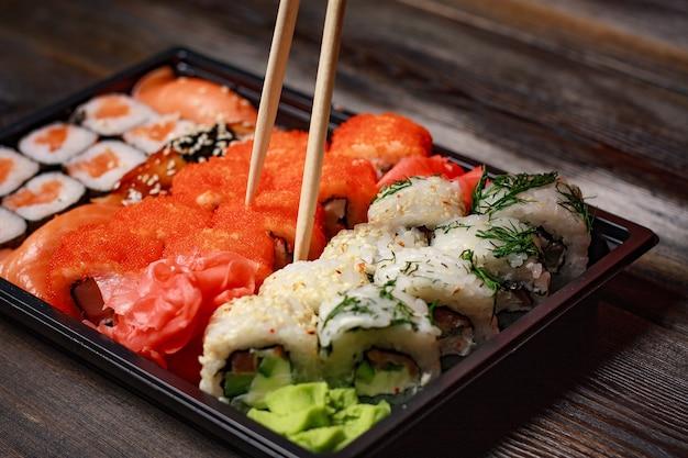 Doos met sushi rolt bovenaanzicht