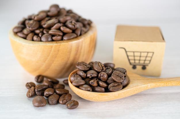 Doos met winkelwagen logo symbool op koffiebonen import export online winkelen