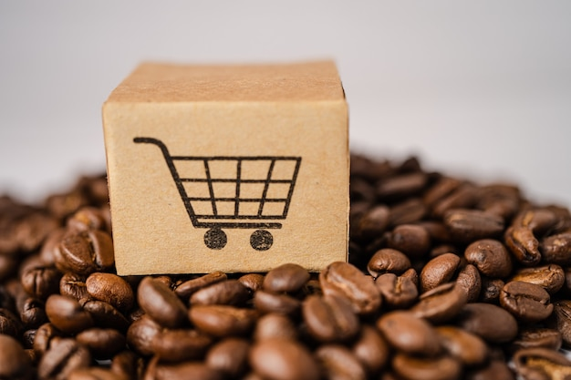 Doos met winkelwagen logo symbool op koffiebonen.