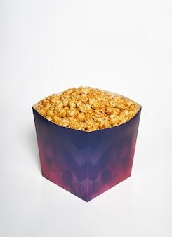 Doos popcorn. popcorn met karamel voor bioscoop en film, isoleer