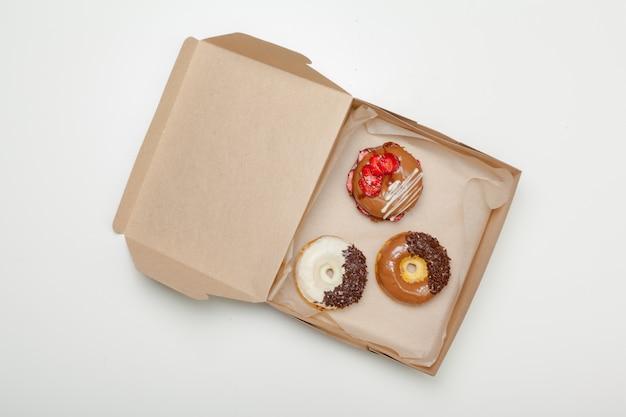 Doos verse die donuts op wit wordt geïsoleerd