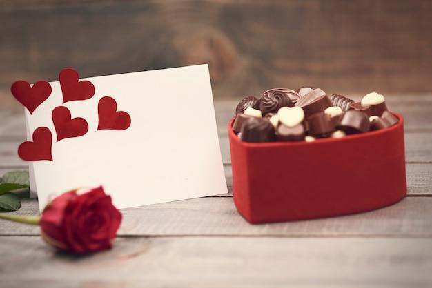 Doos vol met zwarte en witte chocolaatjes