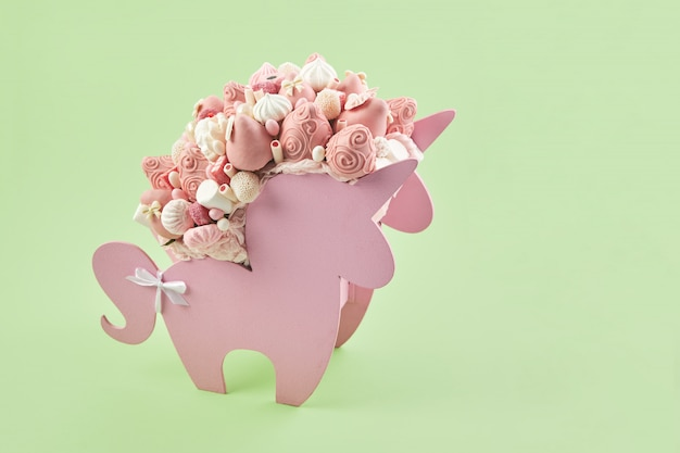 Doosje in de vorm van een eenhoorn gevuld met roze snoepjes