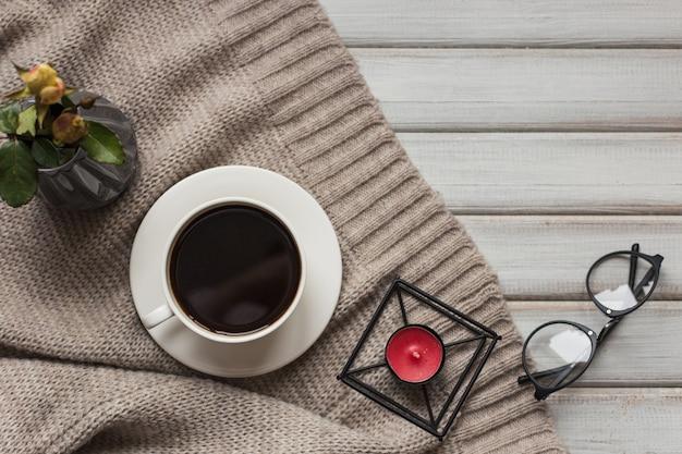 Doosje met een cadeautje voor valentijnsdag koekjes in de vorm van een hartje en kopjes zwarte koffie