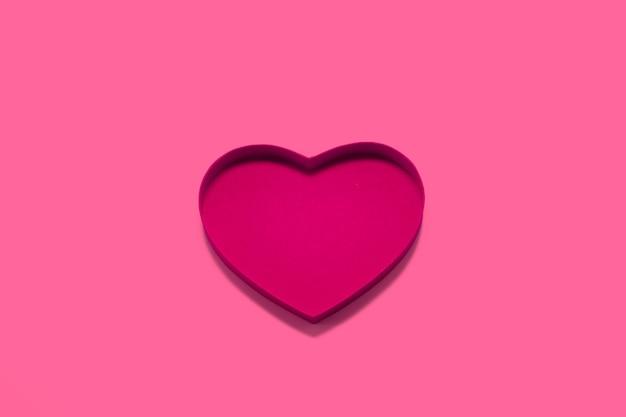 Doosplaat in de vorm van een hart op achtergrond