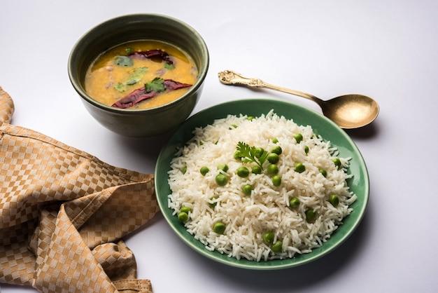 Doperwtjes basmati rijst of matar pulav, geserveerd met gewone dal
