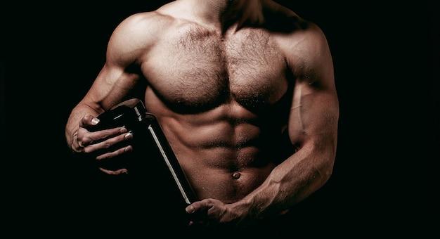 Doping, anabool, eiwit, steroïde, sportvitamine, bodybuilder en bodybuilding. spieren sterk, gespierd. dieet, geschiktheid. man met gespierd lichaam houdt pillenpot vast, sport. sportman houdt dieetpil vast.