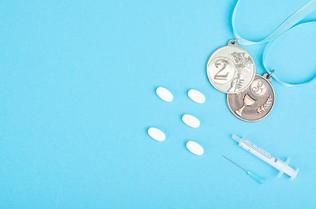 Doping in sportconcept, misbruik van anabole steroïden in pillen en injecties.