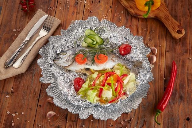 Dorado-vis gestoomd met verse groenten, vegetarisch eten